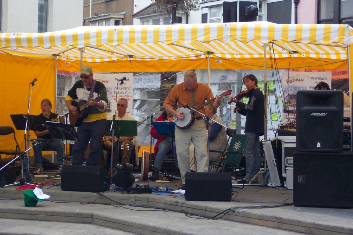 lambert-gmbh-goeppingen-marktsysteme-marktbedarf-marktschirme-zelte-baukastensystem-gastronomie-strassenfest-festival